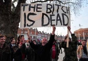 """Milhares de pessoas comemoraram em Londres, em Glasgow e outras partes da Grã Bretanha a morte de Margareth Thatcher, com cartazes, champanhe e palavras não muito amigáveis como """"a vaca está morta""""."""